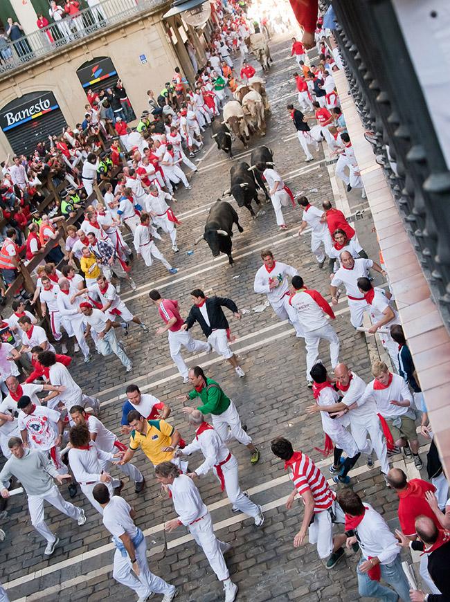 Lễ hội bò tót, Pamplona, Tây Ban Nha: Đến Pamplona vào dịp lễ hội, du kháchsẽ được chứng kiến hàng trăm người từ khắp nơi trên thế giới tìm kiếm cảm giác mạnh bằng việc tham gia cuộc rượt đuổi với 6 con bò tót hoang dã qua những con phố nhỏ hẹp cũ kỹ của thành phố.
