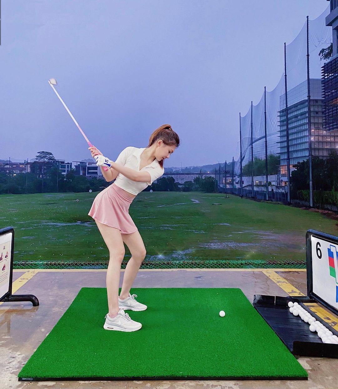 Môn đặc biệt giữ đường cong của người đẹp sân golf - 1