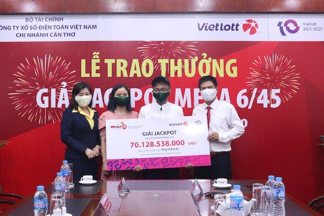 Đi nhận Jackpot hơn 70 tỉ đồng, thanh niên quê Hậu Giang không đeo mặt nạ - 1