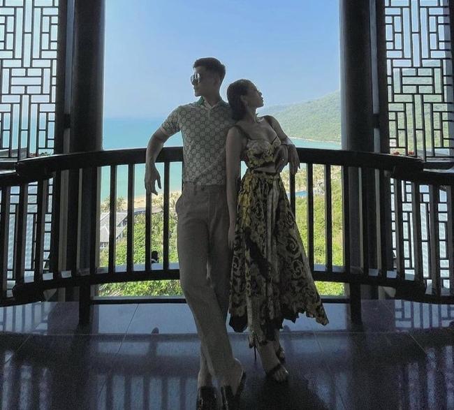 """Từ khi công khai yêu nhau, Lệ Quyên - Lâm Bảo Châu luôn dành cho nhau những hành động tình tứ. Trong một chuyến du lịch nghỉ dưỡng, dân mạng soi ra """"bàn tay hư"""" của mẫu nam 9X động chạm vòng 1 của người tình."""