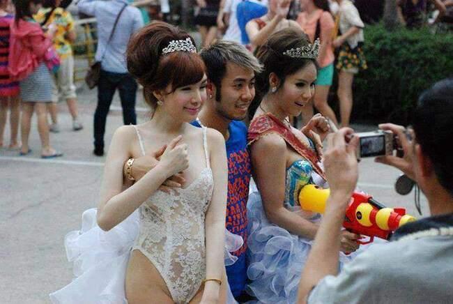 """Trong một bức hình bị người đi đường chụp được ở Thái Lan, nam ca sĩ Akira Phan đứng giữa hai người mẫu chuyển giới và mỗi tay thản nhiên đặt lên ngực một người đẹp. Khoảnh khắc """"kém duyên"""" của giọng ca """"Mùa đông không lạnh""""nhận về không ít chỉ trích, mặc dù nam ca sĩ lên tiếng rằng chính mình bị hai cô người mẫu chèo kéo, lôi vào chụp ảnh kỷ niệm và cố tình để tay anh lên vị trí nhạy cảm."""