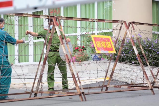 Nóng: Đang phong tỏa 1 block chung cư ở Thủ Đức vì có ca nghi nhiễm COVID-19 - 1