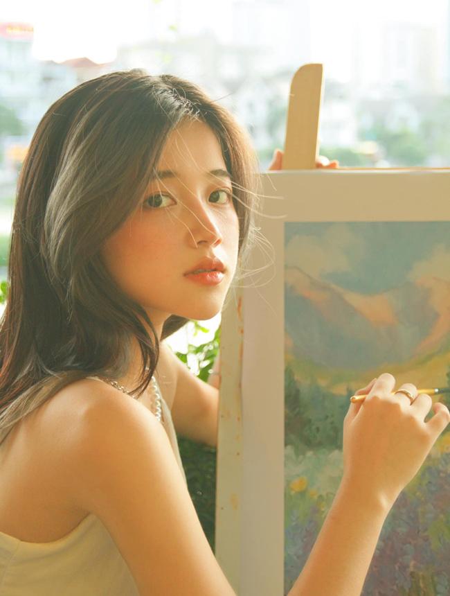 Vương Khánh Ly (sinh năm 2000, cựu nữ sinh trường THPT chuyên Hùng Vương, Phú Thọ) là hot girl nổi tiếng mạng xã hội.