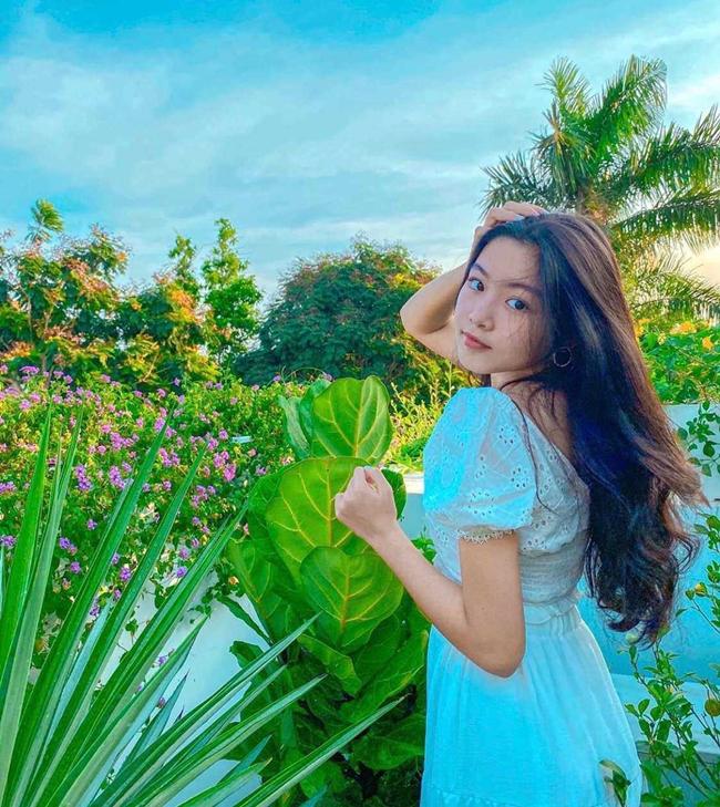 Ở tuổi 16, con gái nhà Quyền Linh ngày càng ra dáng thiếu nữ. Thậm chí, nhiều người hâm mộ còn cho rằng, nhóc tỳ sở hữu khí chất, thần thái của một Hoa hậu trong tương lai.