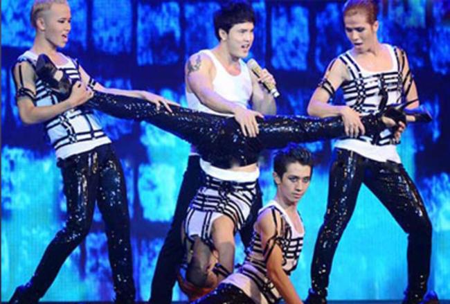 Ưng Hoàng Phúc đặt tay lên vùng nhạy cảm của vũ công.