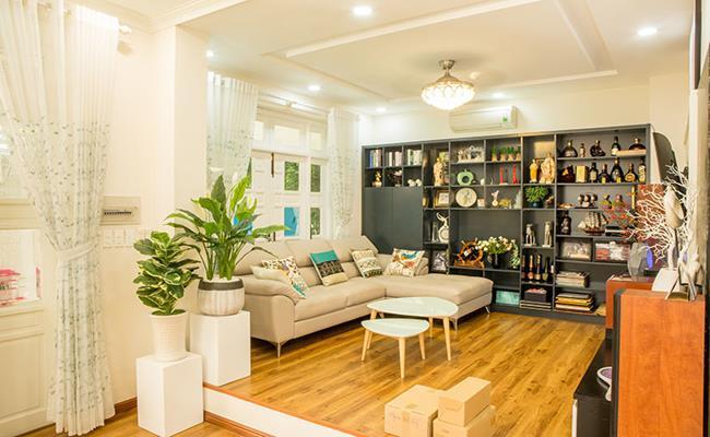 Phòng khách được bố trí tivi màn hình cỡ lớn, là nơi quây quần của các thành viên trong gia đình.