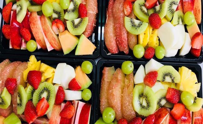 Hơn nữa trái cây cắt sẵn cũng dễ bị hỏng và biến chất nếu không ăn ngay. Đặc biệt, bạn đừng tham rẻ mà mua loại hoa quả cắt sẵn thường được dán mác giảm giá 30% đến 50% vào cuối ngày.