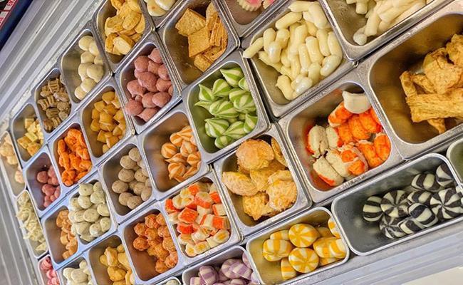 Ngoài thịt xay và trái cây cắt sẵn thì thịt viên, đồ thả lẩu đông lạnh cũng là sản phẩm không nên mua ở siêu thị khi chúng được giảm giá.