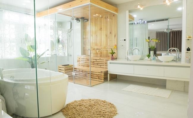 Phòng tắm rộng rãi, có buồng xông hơi được nối thông với phòng ngủ của Vy Oanh.