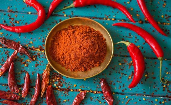 Bột ớt thường được sử dụng để làm kim chi và thêm vào nhiều món ăn. Nhưng bạn cần lưu ý bột ớt chất lượng sẽ có màu giống như màu đồng hoặc hơi nâu một chút, kém phần tươi sáng.