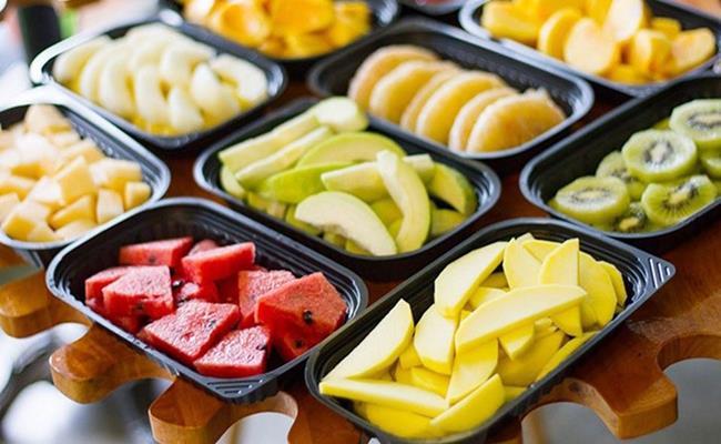 """Ngoài thịt xay, trái cây cắt sẵn cũng là sản phẩm dù """"sale đậm"""" cũng không nên mua ở siêu thị."""