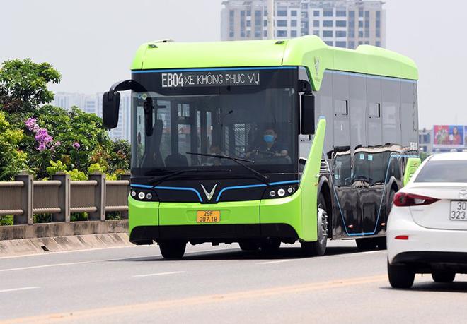 Xe buýt điện VinFast lăn bánh chạy thử nghiệm trên đường phố Thủ đô - 4