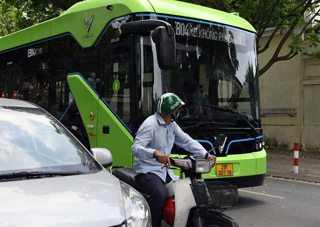 Xe buýt điện VinFast lăn bánh chạy thử nghiệm trên đường phố Thủ đô - 5