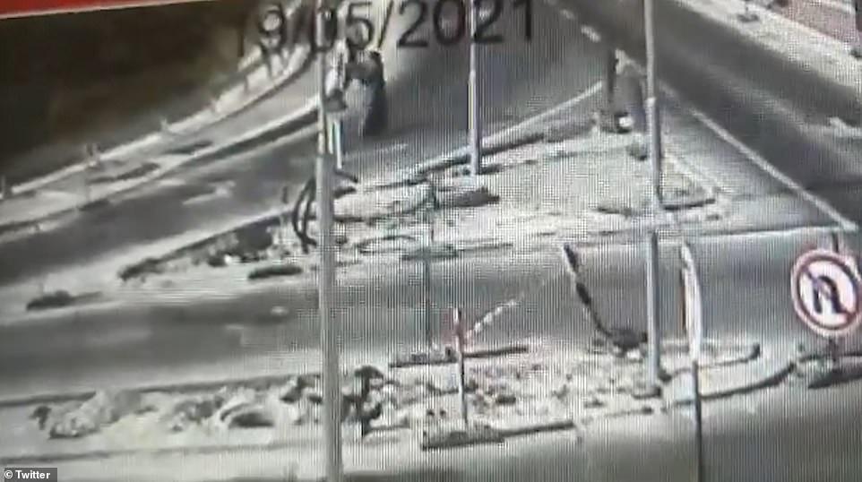 Video: Người phụ nữ Palestine cầm súng trường nhắm bắn chốt kiểm soát của Israel - 1