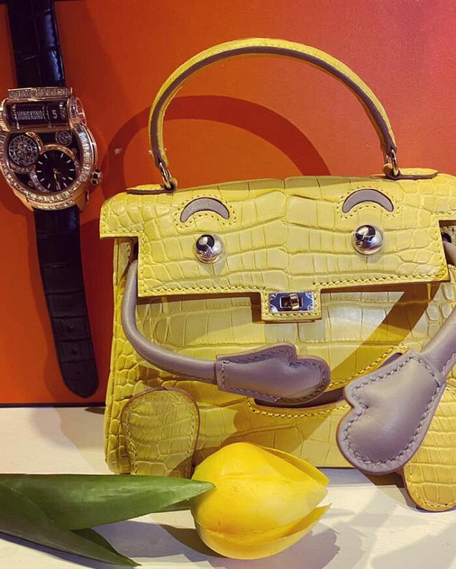 Ngoài ra, vị đại gia này còn mua tặng cho bà xã một chiếc đồng hồ và túi xách Hermes được thiết kế độc đáo. Món quà này trị giá 2,6 tỷ đồng.