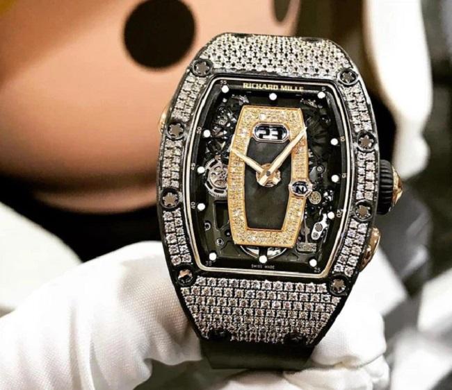 Cuối tháng 3 vừa qua, đại gia này đã tậu một chiếc đồng hồ Richard Mille cho bà xã Mina Phạm. Chiếc đồng hồ này được tiết lộ có giá là 3xx.000 USD, không rõ xx chính xác là bao nhiêu nhưng hơn 300 nghìn USD thì chắc chắn phải từ 7 tỷ đồng trở lên.
