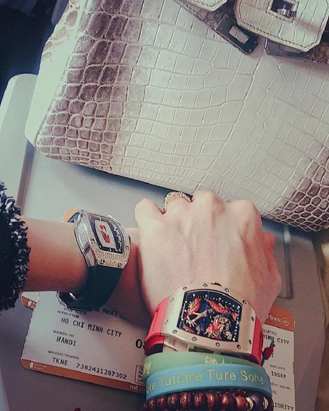 Vị đại gia này cũng thường xuyên tậu đồng hồ hàng hiệu tặng vợ.