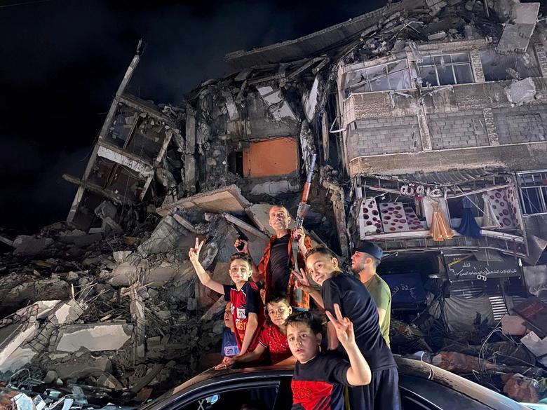 Chùm ảnh: Người dân Dải Gaza cầm súng ra đường mừng thỏa thuận ngừng bắn - 1