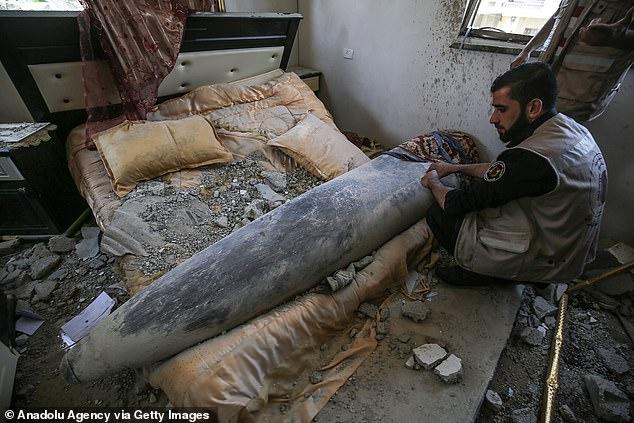 Hình ảnh tên lửa Israel còn nguyên, rơi xuống giường ngủ một căn nhà ở Gaza - 1