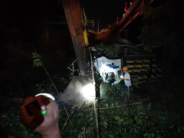Xe tải tông sập lan can, rơi khỏi cầu - 1
