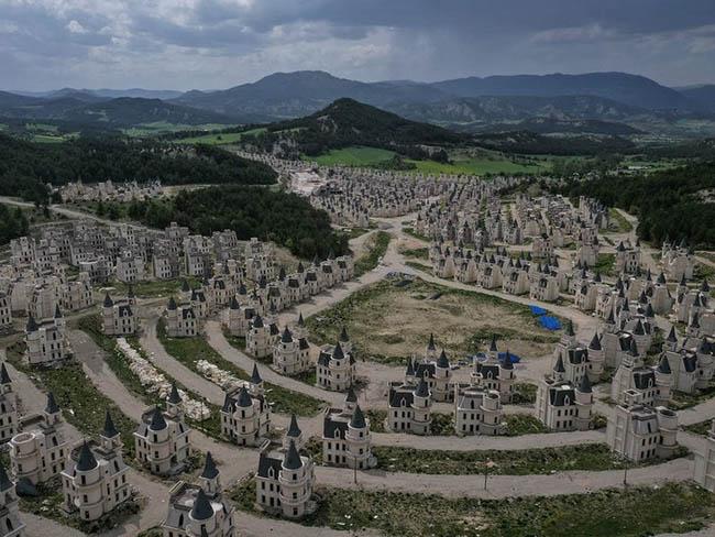 Có khoảng 500 lâu đài giống nhau khiến người ta nghĩ về một thế giới cổ tích giữa đời thực ở Mudurnu, Thổ Nhĩ Kỳ.