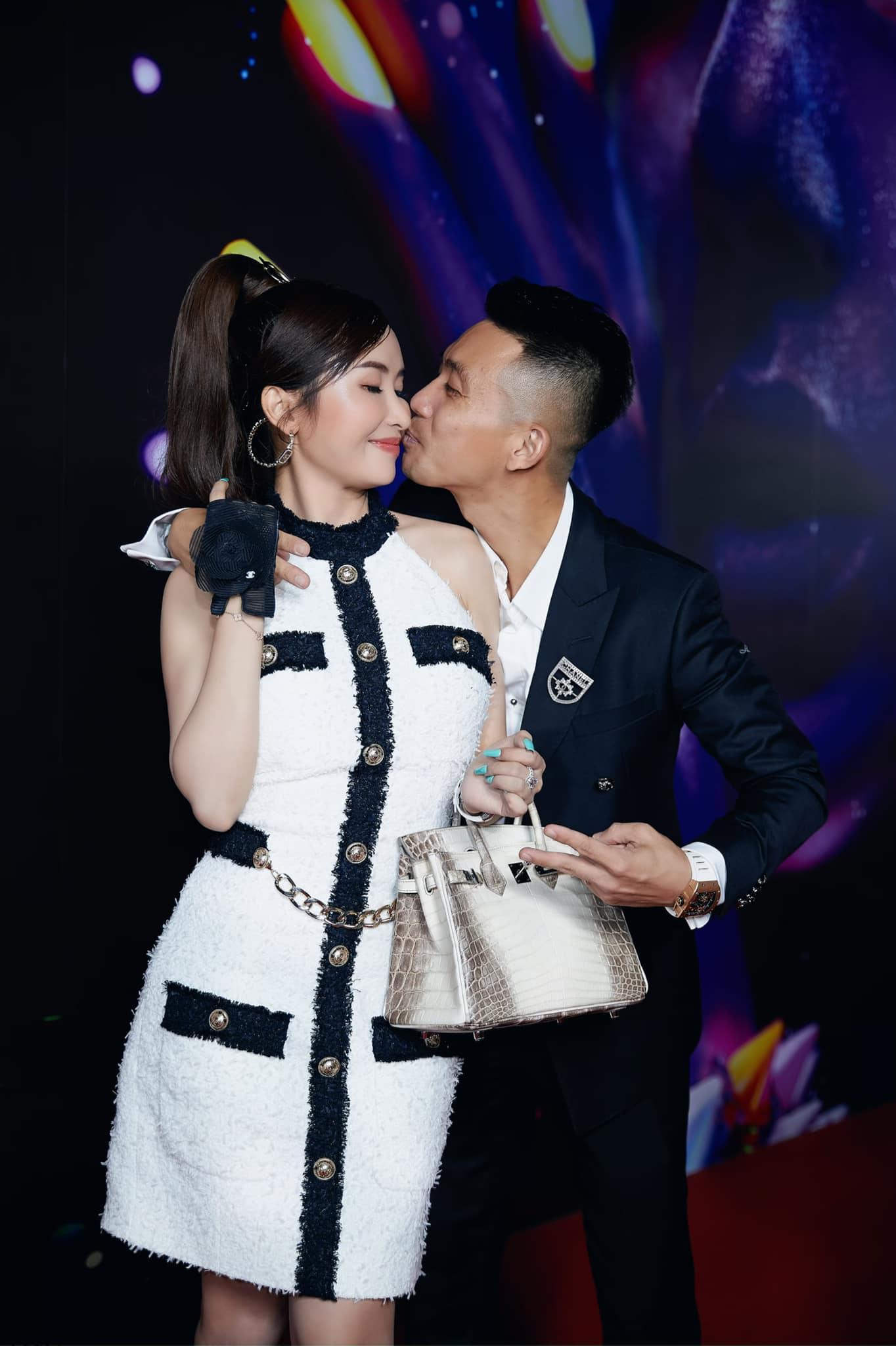 """Vợ tỷ phú ngành nhựa Việt khoe """"gu lạ"""" với đồ gym màu nude - 1"""
