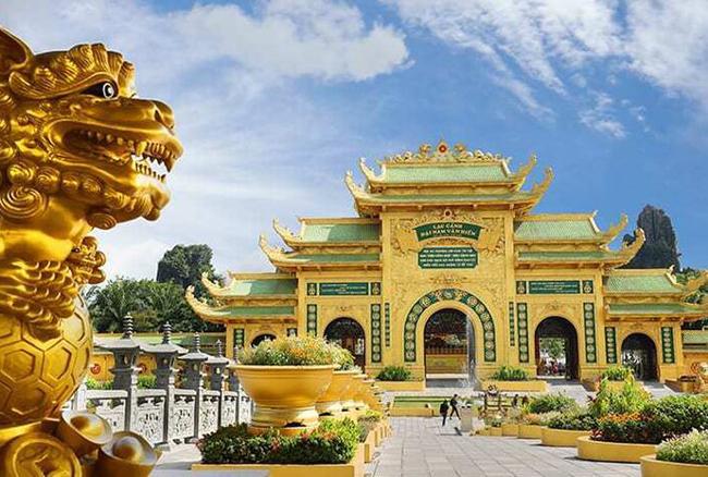 Khu du lịch Đại Nam bề thế thuộc quyền sở hữu của vợ chồng bà Phương Hằng.