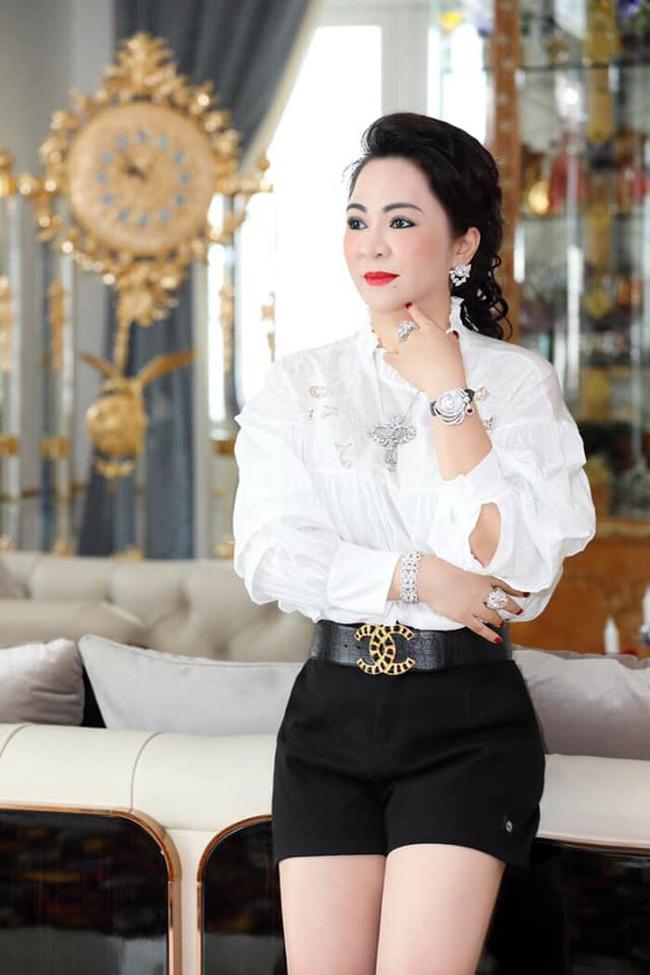 """Là bà chủ khu du lịch Đại Nam, bà Phương Hằng từng lên tiếng chê nữ ca sĩ Vy Oanh """"không có nổi 1000 tỷ""""."""