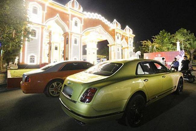 """Chiếc xe Bentley Mulsanne màu xanh này có giá khoảng 50 tỷ được ông Dũng """"Lò Vôi"""" mua về tặng bà xã trong một dịp sinh nhật."""