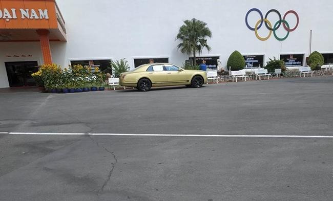 Chiếc xe sang này đỗ ngay phía bên ngoài công ty nơi bà Phương Hằng làm Tổng Giám đốc Công ty và Phó Chủ tịch Hội đồng quản trị công ty cổ phần Đại Nam.