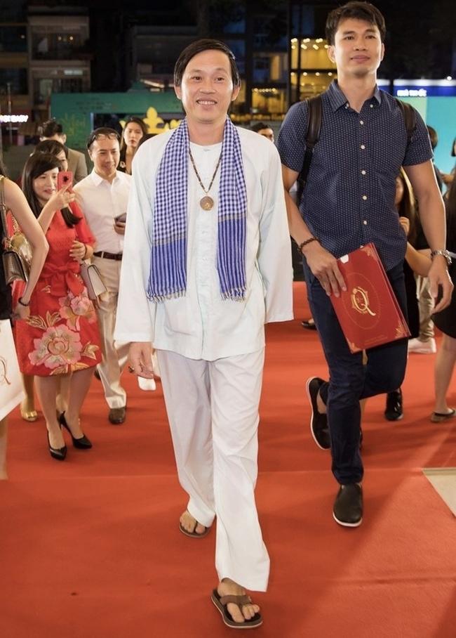 Bên cạnh đó là những dự án phim ảnh, phim truyền hình Hoài Linh tham gia, giúp nâng thu nhập của anh lên gấp nhiều lần.