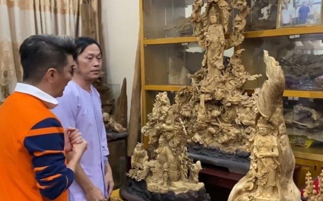 Theo đó, bên trong căn phòng khá rộng được danh hài Hoài Linh sử dụng toàn bộ diện tích để trưng bày trầm hương. Nhiều bức tượng Phật, Quan Âm, non bộ và linh thú được tạc tỉ mỉ nghệ thuật khiến người xem phải trầm trồ.