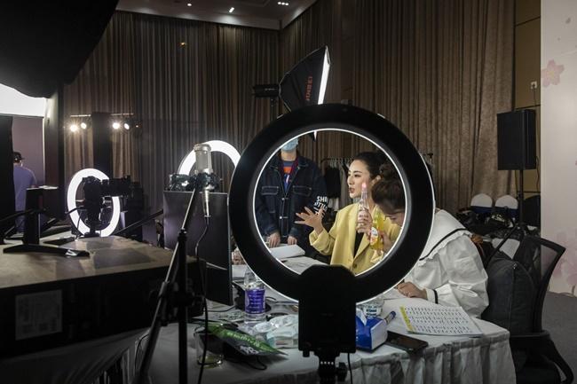 Tháng 5/2016, cô phát livestream để bán hàng trực tiếp. Phương châm của Huang Wei là bán đa dạng sản phẩm, không chỉ quần áo hay mỹ phẩm.