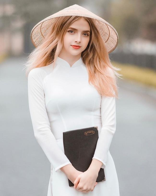 Anna rất thích mặc trang phục truyền thống Việt Nam. Vẻ mong manh như sương khói của chân dài Ukraine trong tà áo dài khiến dân mạng tấm tắc ngợi khen.