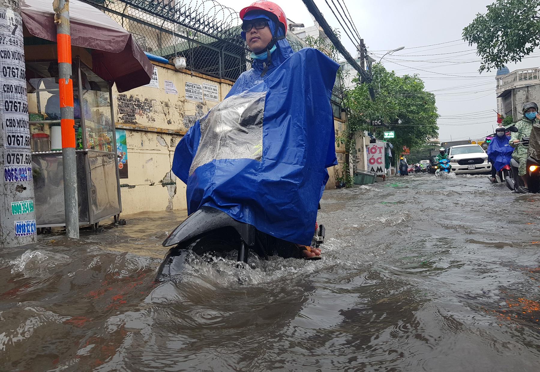 Mưa từ sáng đến trưa, đường Sài Gòn ngập khủng khiếp, nước ngập gần lút bánh xe - 3