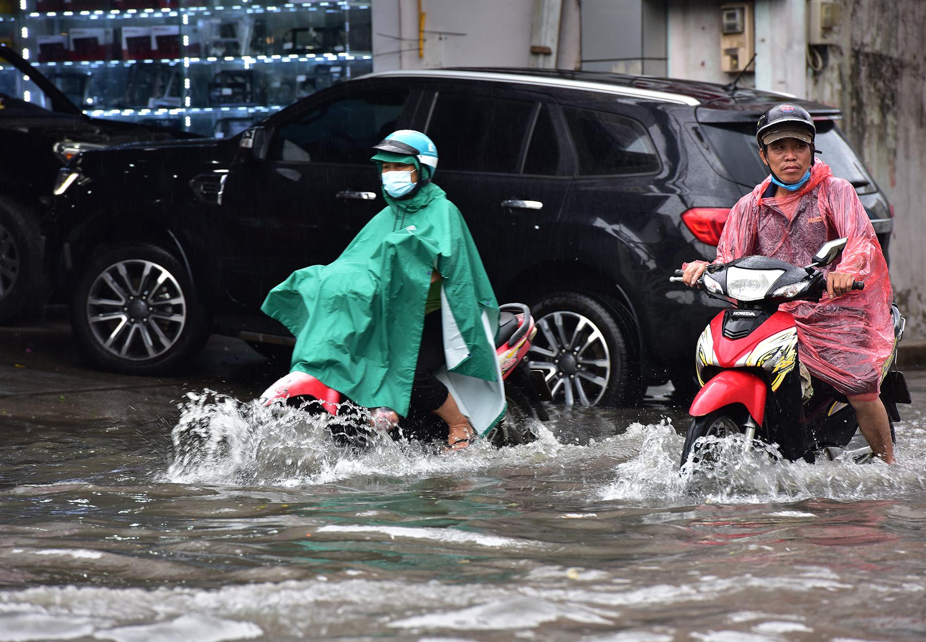 Mưa từ sáng đến trưa, đường Sài Gòn ngập khủng khiếp, nước ngập gần lút bánh xe - 4
