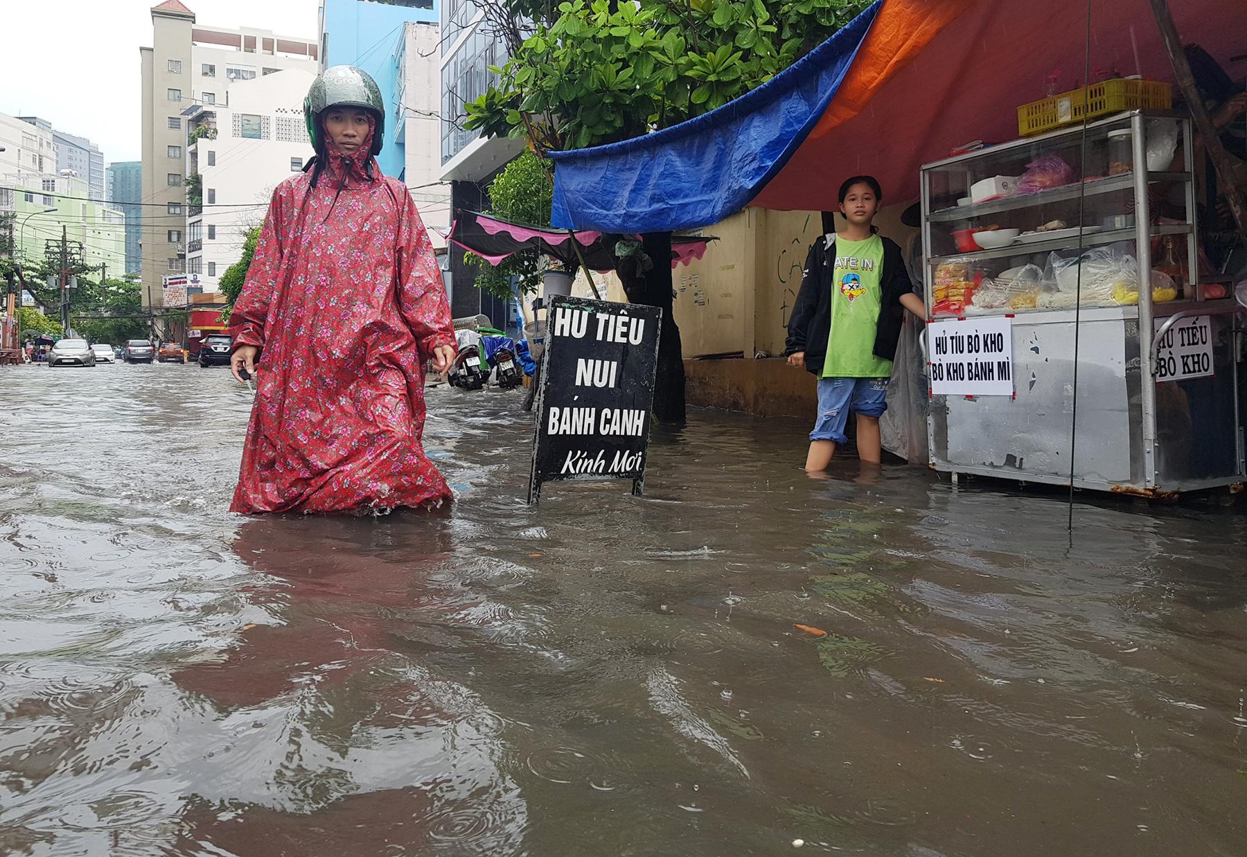 Mưa từ sáng đến trưa, đường Sài Gòn ngập khủng khiếp, nước ngập gần lút bánh xe - 5