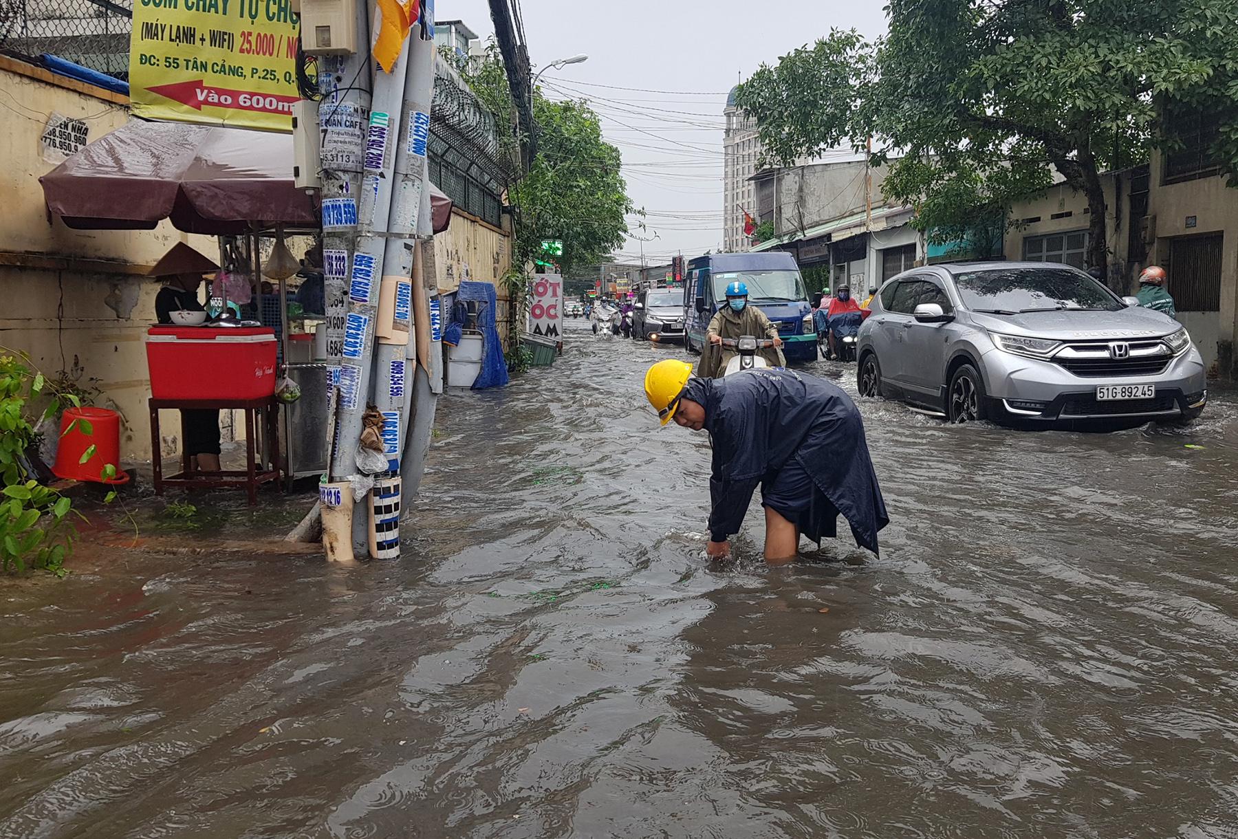 Mưa từ sáng đến trưa, đường Sài Gòn ngập khủng khiếp, nước ngập gần lút bánh xe - 7
