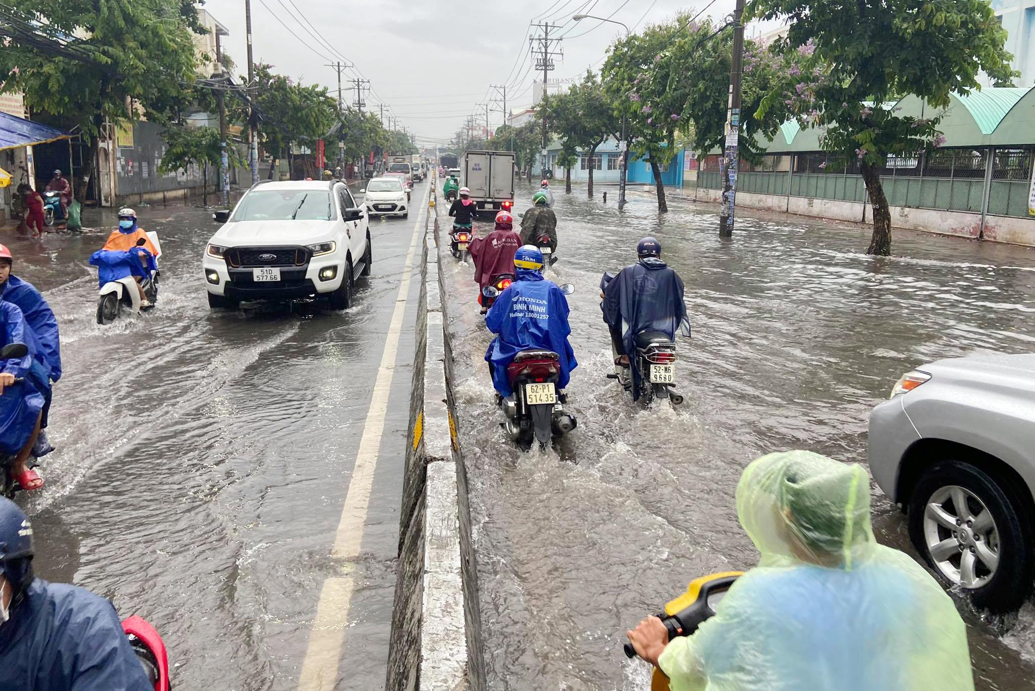 Ảnh: Bệnh viện ở Sài Gòn ngập như bể bơi sau trận mưa như trút nước - 1