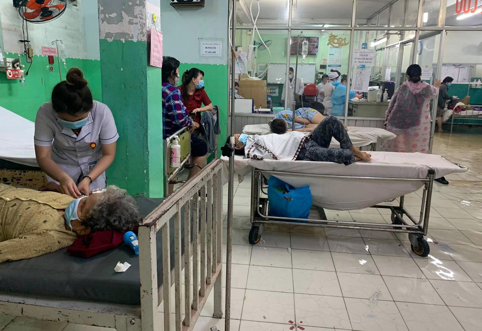 Ảnh: Bệnh viện ở Sài Gòn ngập như bể bơi sau trận mưa như trút nước - 10