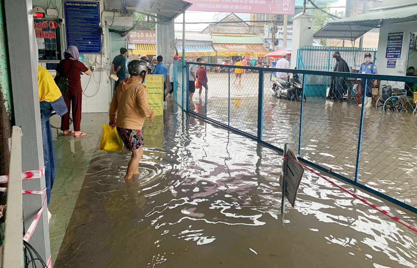 Ảnh: Bệnh viện ở Sài Gòn ngập như bể bơi sau trận mưa như trút nước - 3
