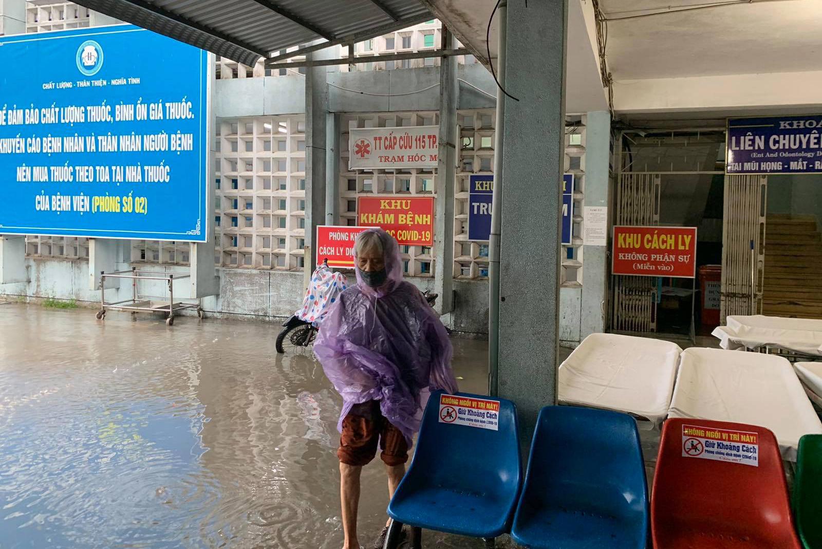 Ảnh: Bệnh viện ở Sài Gòn ngập như bể bơi sau trận mưa như trút nước - 5