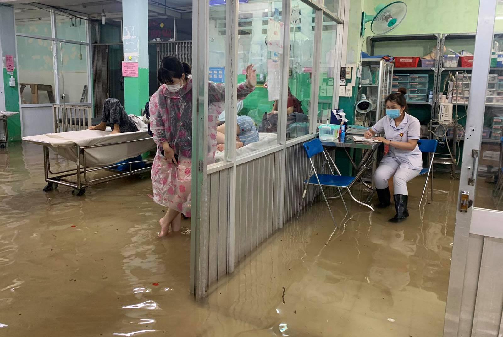 Ảnh: Bệnh viện ở Sài Gòn ngập như bể bơi sau trận mưa như trút nước - 6