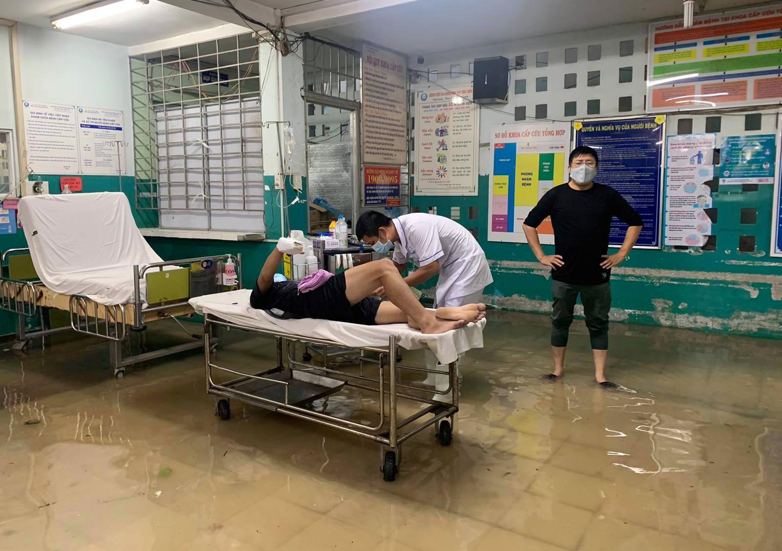 Ảnh: Bệnh viện ở Sài Gòn ngập như bể bơi sau trận mưa như trút nước - 9