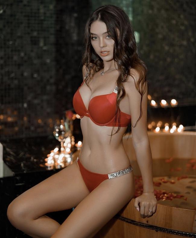 Trên các trang mạng xã hội của mình, Dianka cũngthường xuyên đăng tải những bức ảnh bikini để khoe khéo vóc dáng nóng bỏng khiến nhiều người mơ ước.