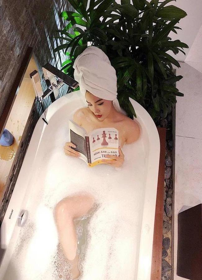 Không ít lần cô nàng gây tranh cãi vì đi tắm mà vẫn đọc sách, đánh son, xịt nước hoa.