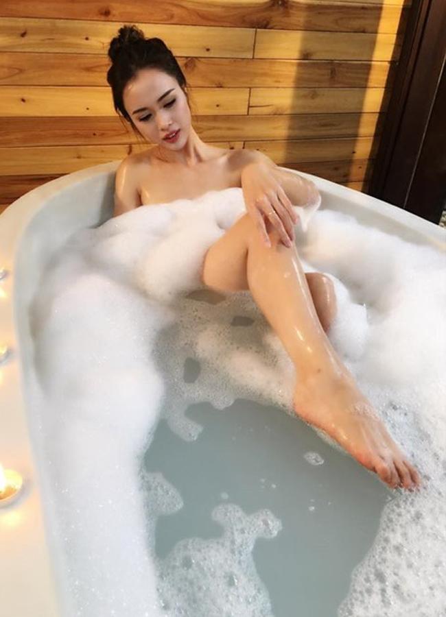 """Trút bỏ xiêm y, """"nàng Quyên"""" khoe ảnh tắm táp đầy chân thật."""