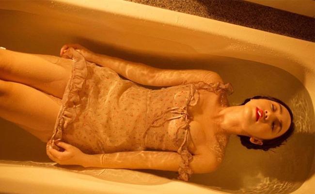 """Quỳnh Kool diện váy mỏng tang, chẳng cần khoe da thịt lộ liễu, vẫn khiến fan hâm mộ đổ """"đứ đừ"""" khi vừa ngậm kẹo, vừa đi tắm."""