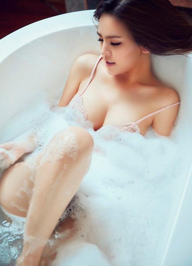 """""""Thánh nữ Mì Gõ"""" diện váy áo mỏng manh, tôn vòng 1 trễ tràng khi đi tắm."""