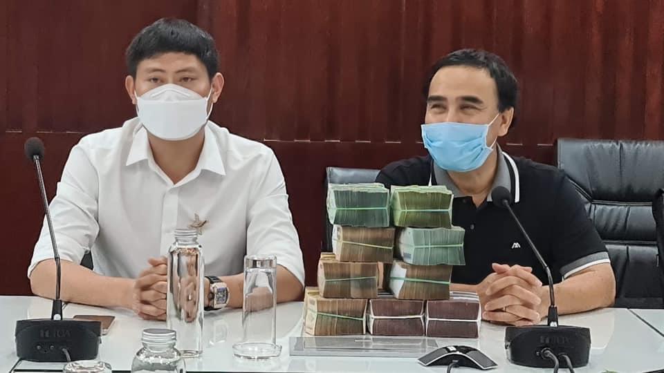 """Quyền Linh chạy xe máy, cầm 9 cọc tiền mặt 2 tỷ làm từ thiện """"gây bão"""" mạng - 1"""